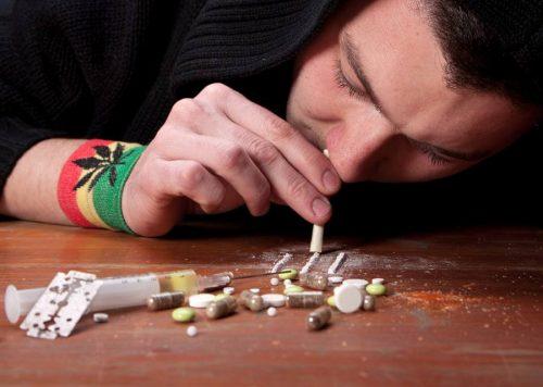 человек употребляет наркотики