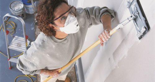 покраска стен в защитной маске